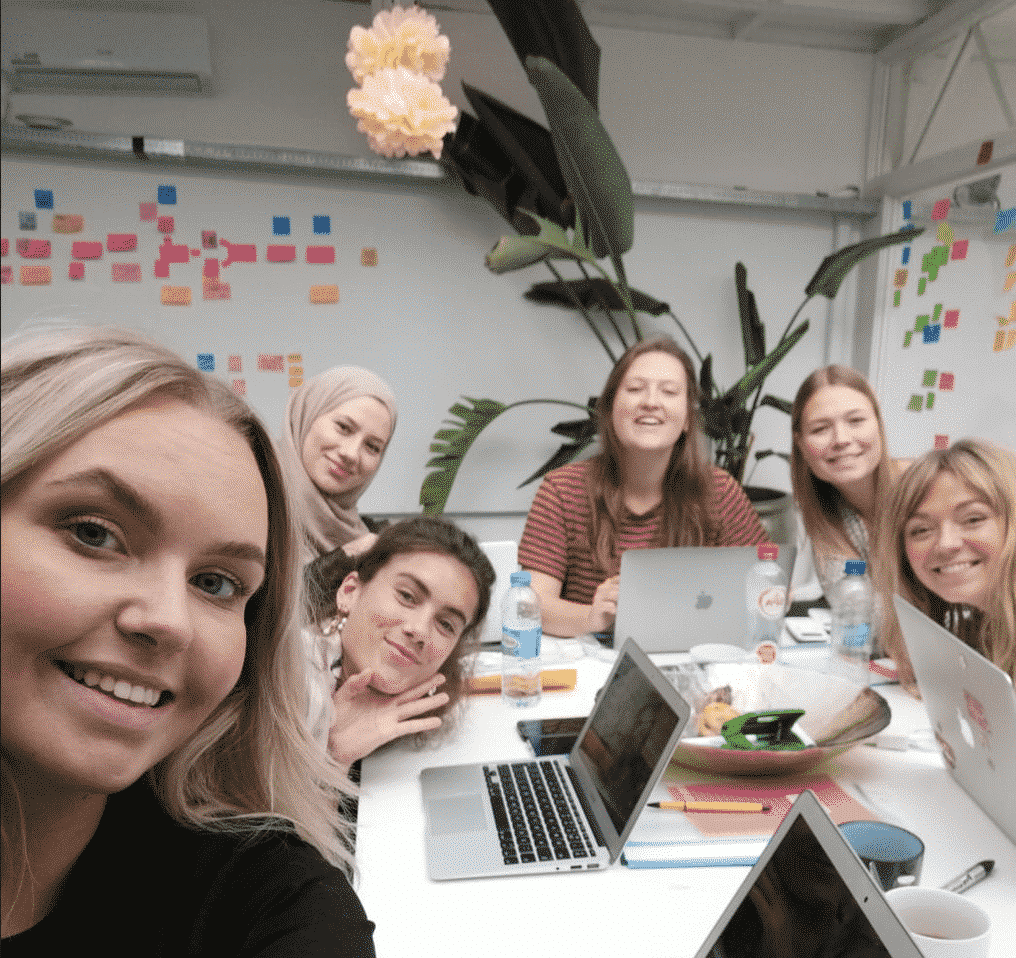 team nanny nina selfie op kantoor in haarlem met 5 dames die achter een vergadertafel zitten