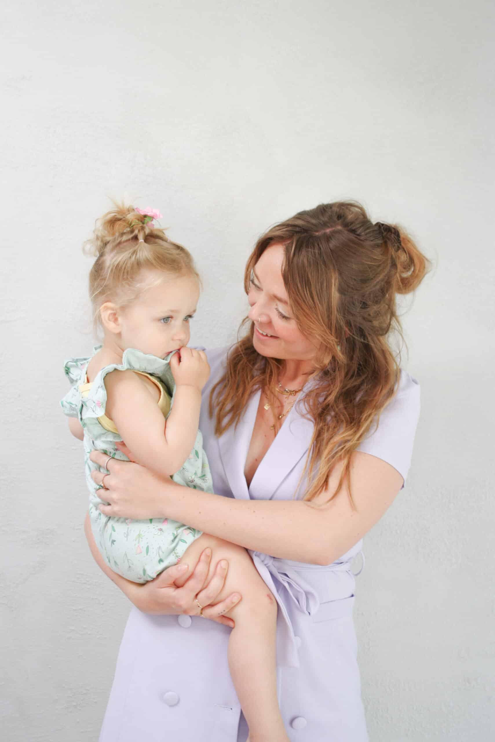 au pair manou met kindje op haar arm