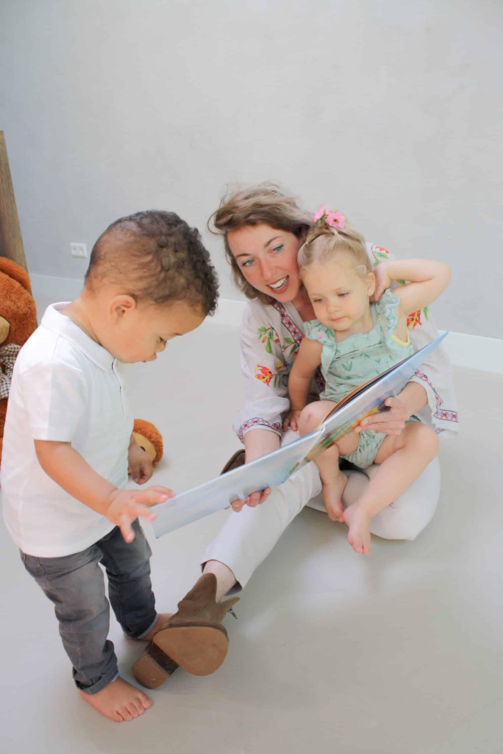 au pair lyla speelt met kleine kindjes in huis