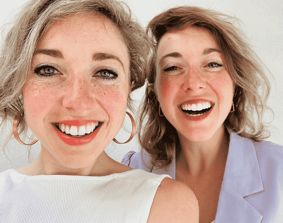faq algemene voorwaarden privacy policy jasmijn en Lyla kok opricthers nanny nina kijken lachend in de camera tweeling.